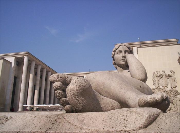 gros sculpture devant le musée