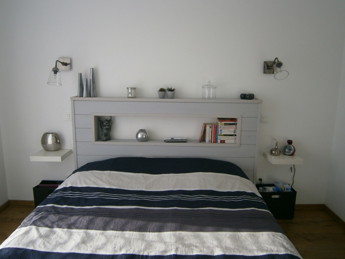tête de lit avec une étagère