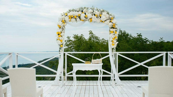 arche avec un arrangement des fleurs simple