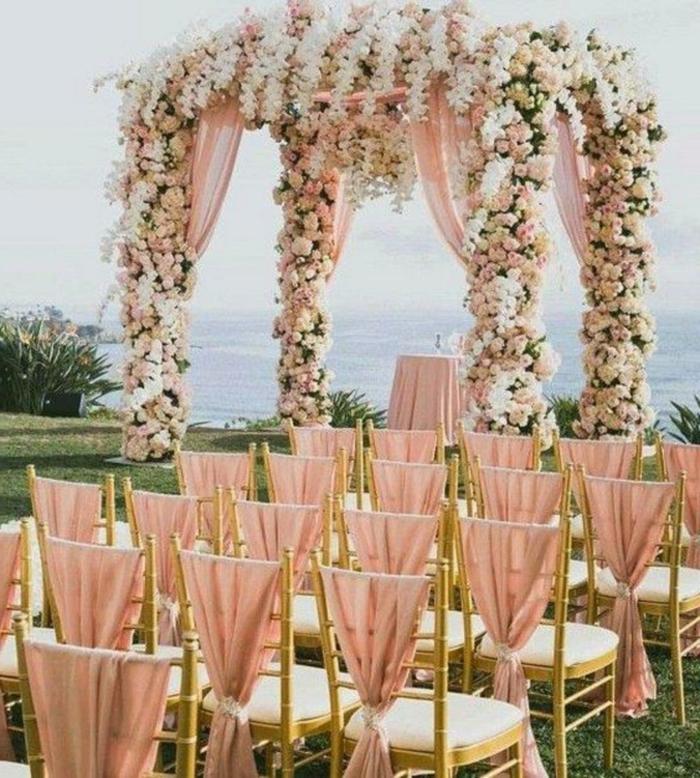 une grande arche fleurie mariage bien décorée