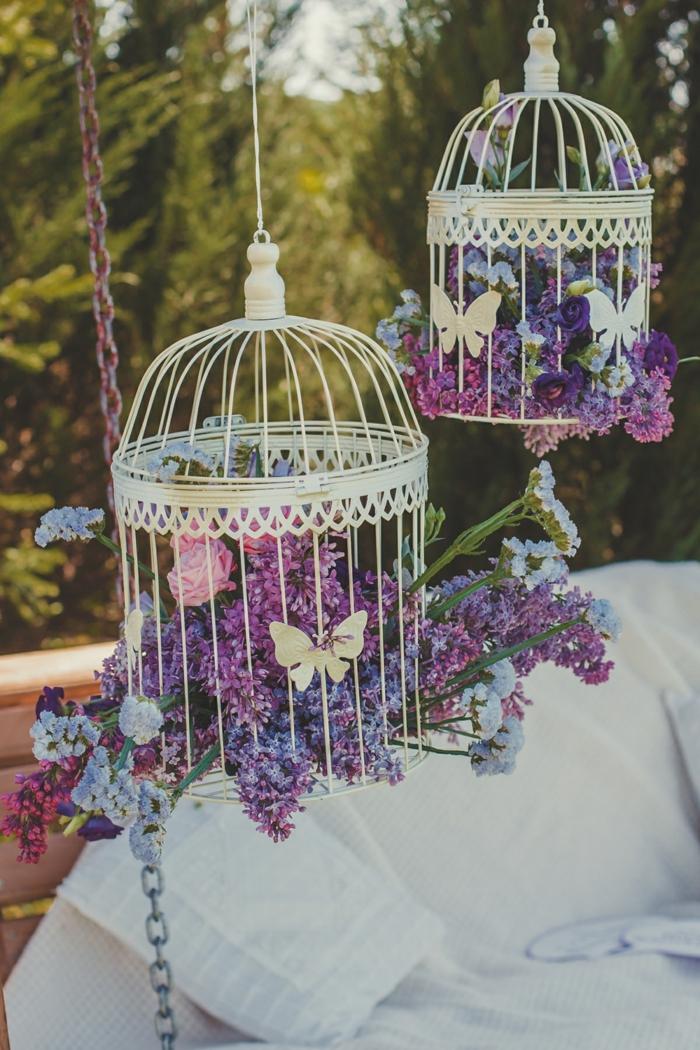 des fleurs dans de cases suspendues