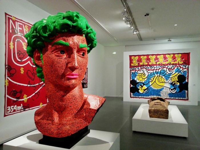 encre et émail fluoresent sur buste en plâtre exposition musée d'art moderne paris