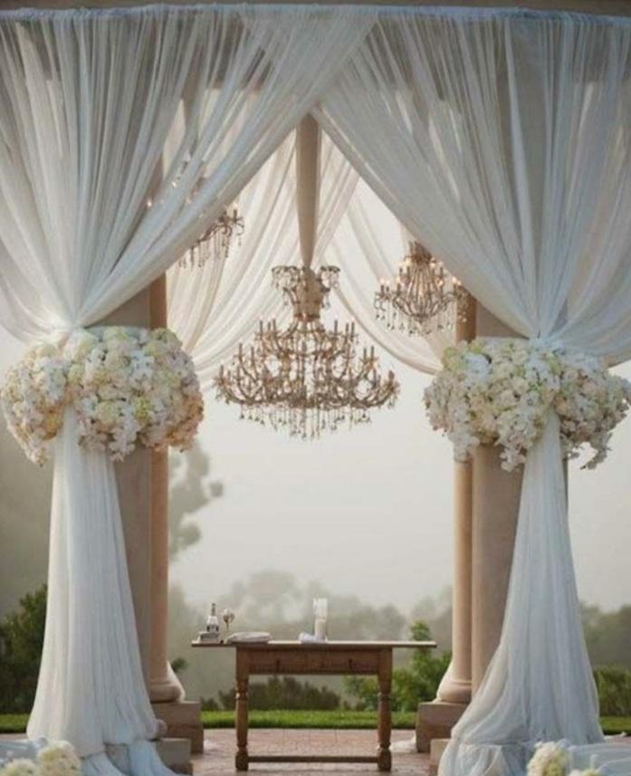 arche mariage faite de grands rideaux