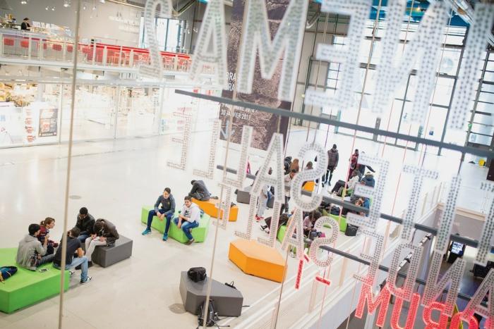 des visiteurs du centre pompidou, hall d'entrée