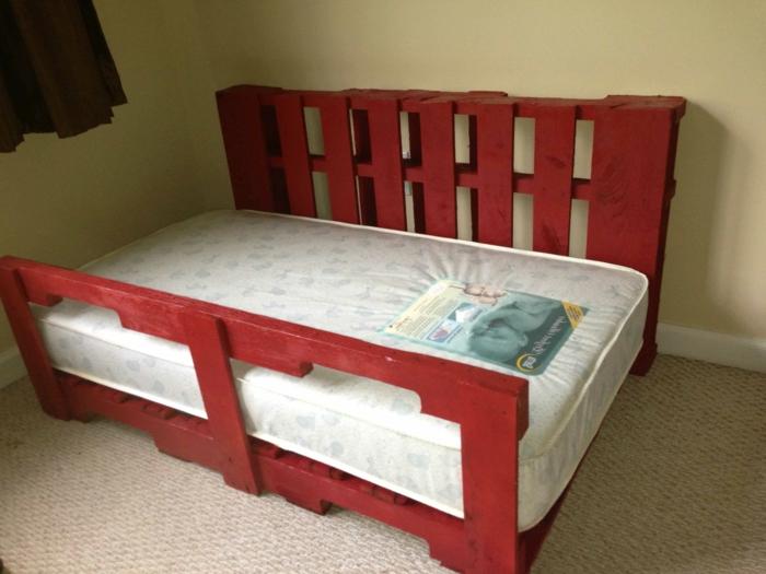 lit en palettes peintes en rouge
