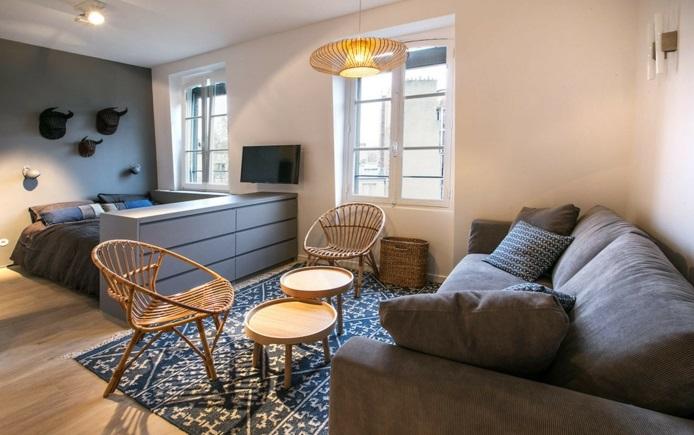 studio avec un canapé gris