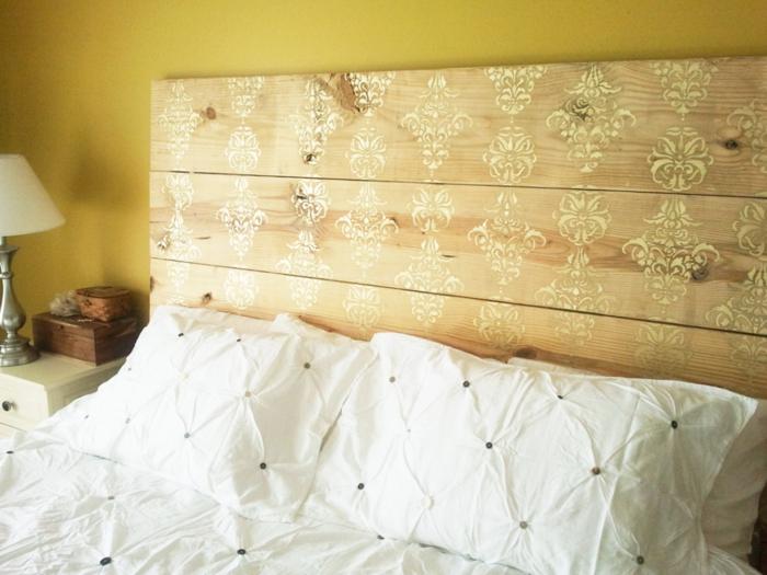 lit en bois décoré