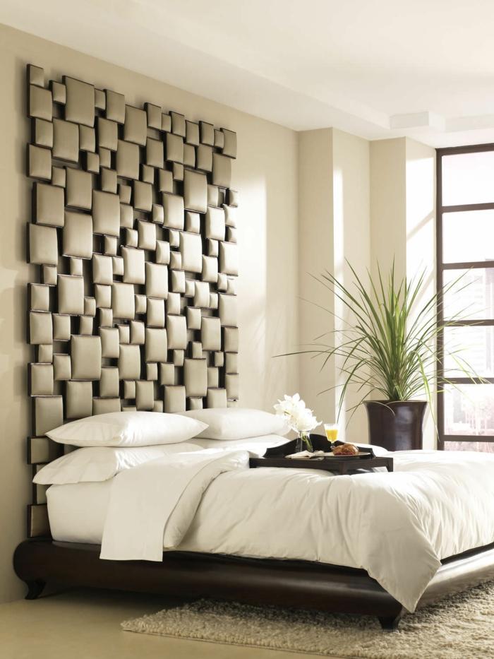 une tête de lit de carrés tapissés