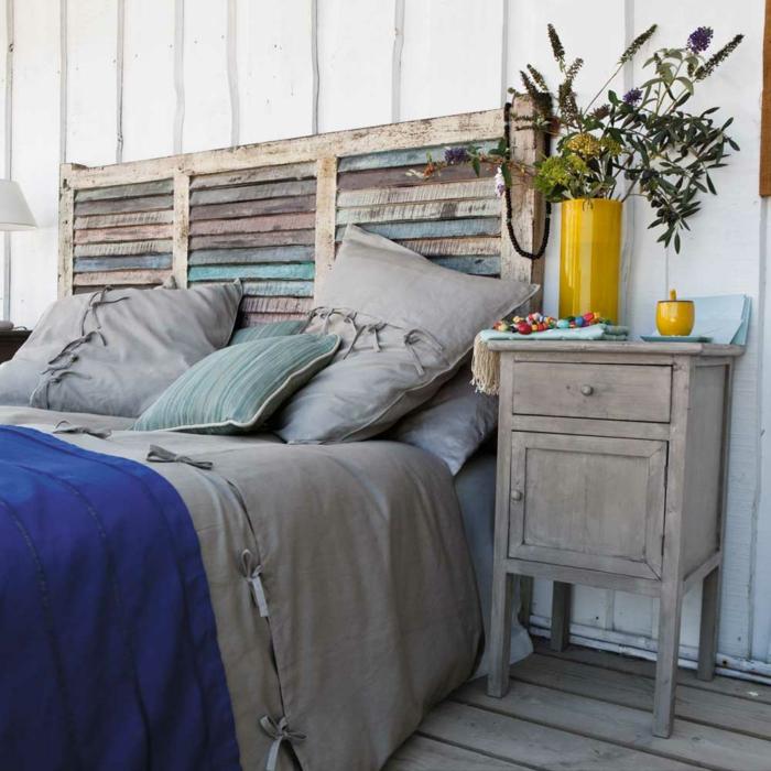 tête de lit avec un effet de vieille palette