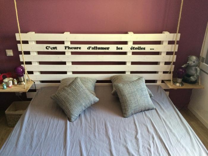 tête de lit simplement décorée