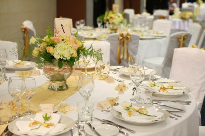 table mariage décorée en jaune et blanc