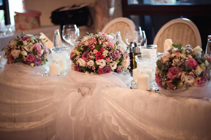 de grands bouquets de fleurs sur la table des amoureux