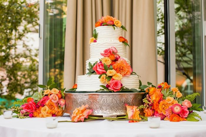 un grand contraste des couleurs sur cette tarte de mariage