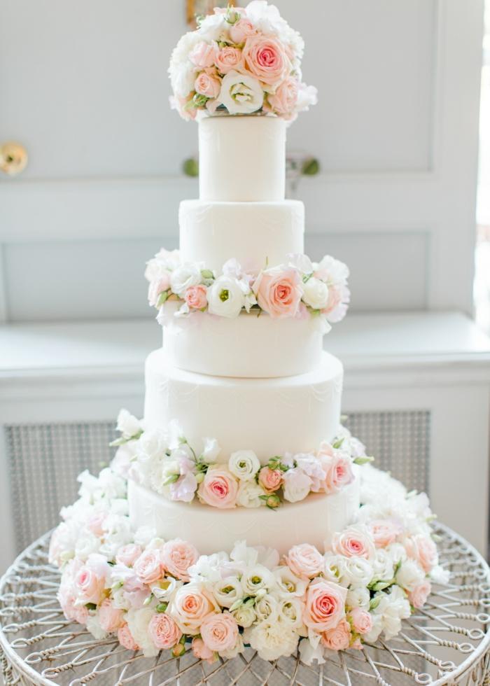 tarte de mariage à plusieurs étages avec des fleurs