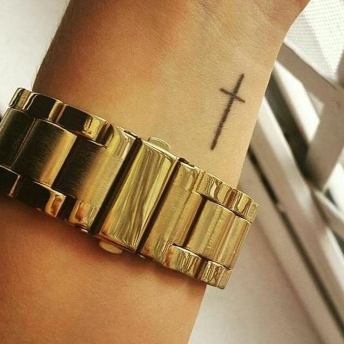 tatouage croix sur le bras