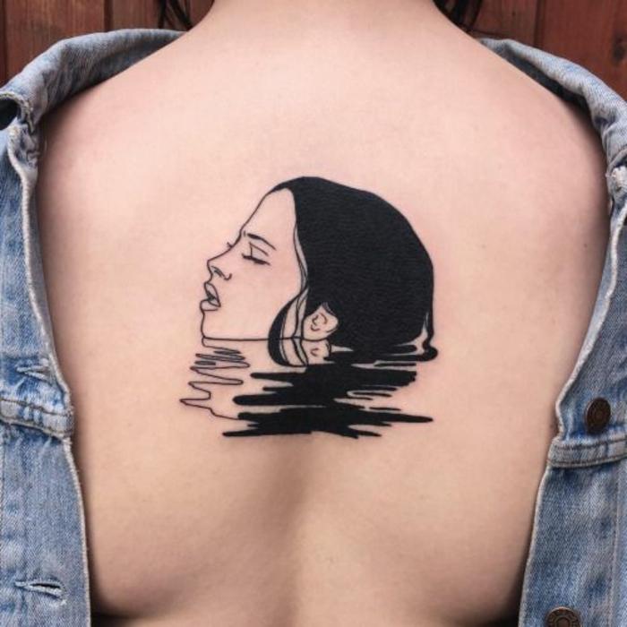 femme tatouée sur le dos