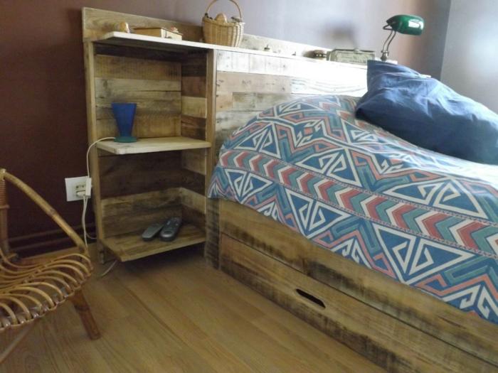 lit en palettes avec une étagère