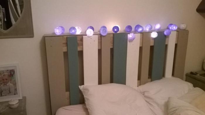 tête de lit avec de petites lampes