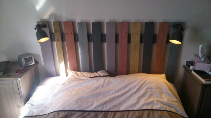 tête de lit peinte en couleurs différentes