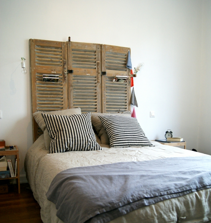 tête de lit faite d'un élément d'ancienne fenêtre