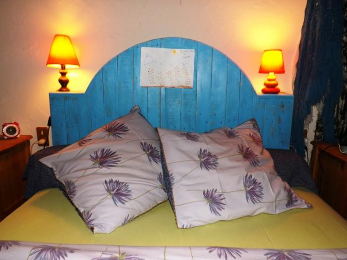 Tête de lit en palette à faire soi-même en bleu