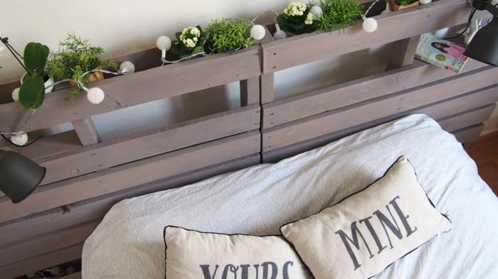 tête de lit en deux palettes décorée avec des fleurs