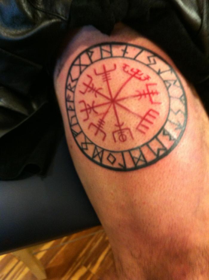 un symbole des vikings tatoué sur le bras