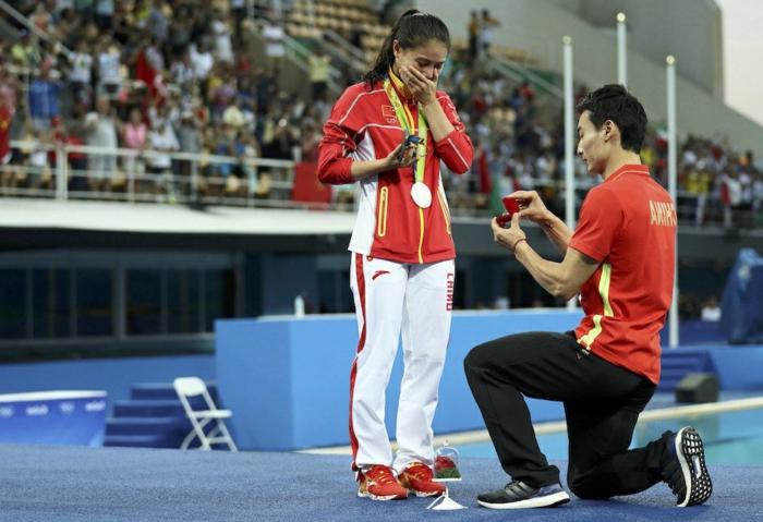 demande en mariage romantique devant les yeux du public à un événement sportif