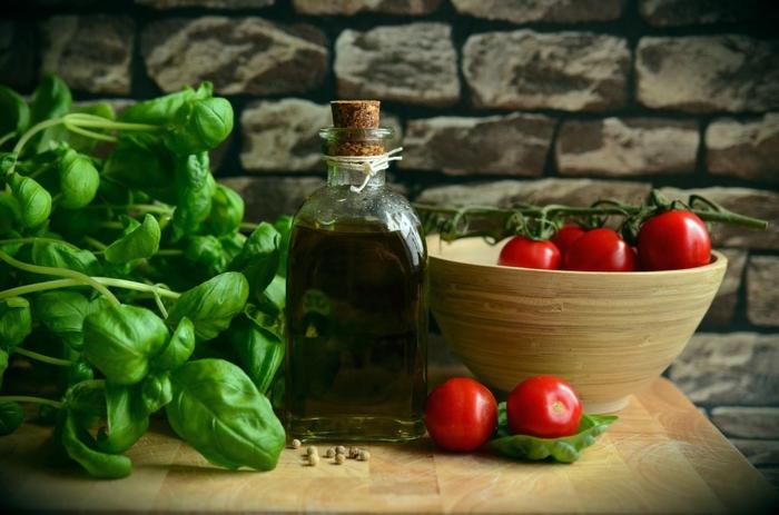 Basilic et tomates et olive