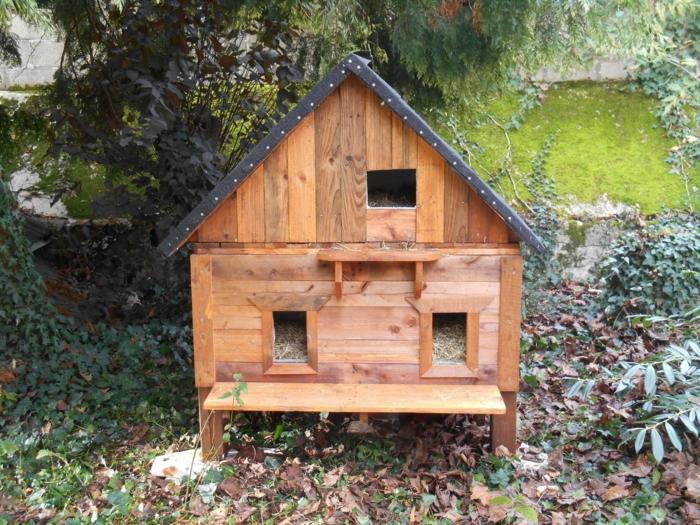 une cabane à chat en bois