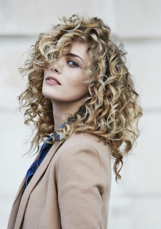 Coiffure Cheveux Boucles Idees De Coupes Et Tendances