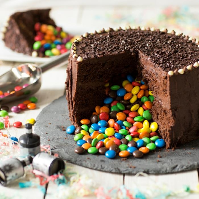 gâteau au chocolat avec des bonbons M&M's