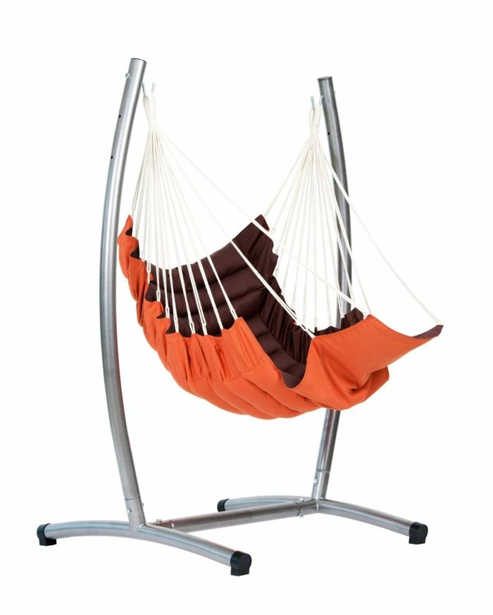 fauteuil suspendu rouge avec un support