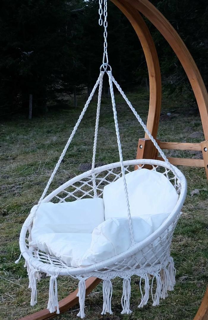 fauteuil suspendu en tissu blanc avec des coussins