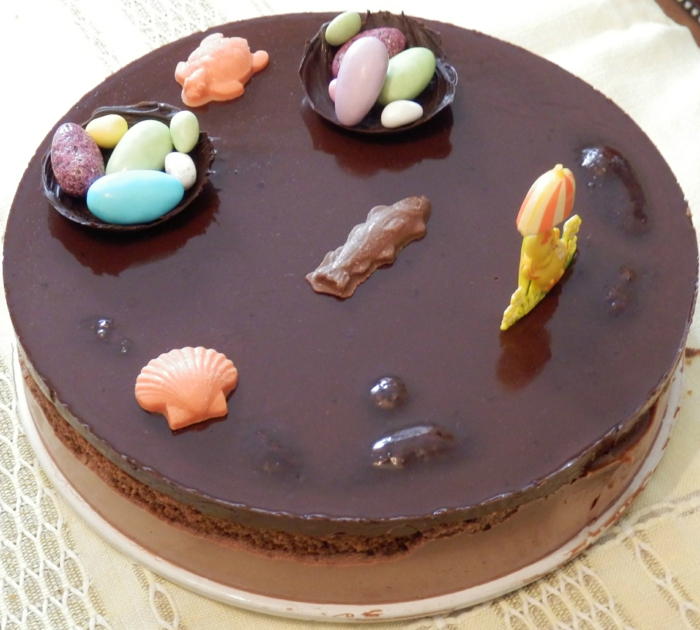 tarte au chocolat décorée de petites figures