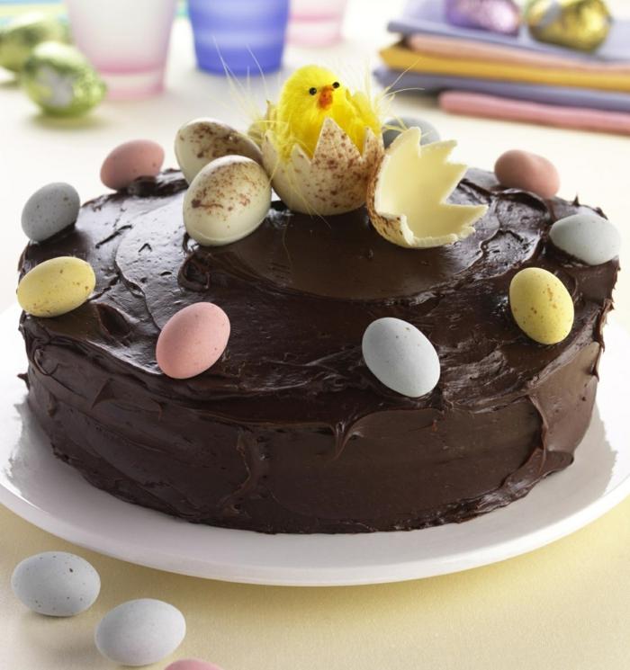 gâteau au chocolat avec une poule et des oeufs