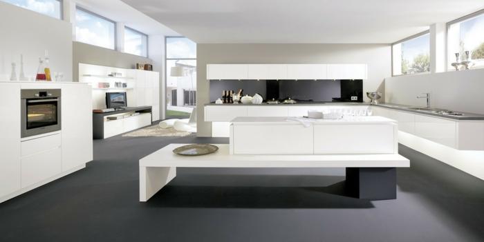 grande cuisine en blanc avec un îlot ouvert sur le salon
