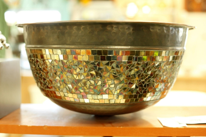 par exemple c'est un lavabo vasque en cuivre avec des insertions de pièces de verre