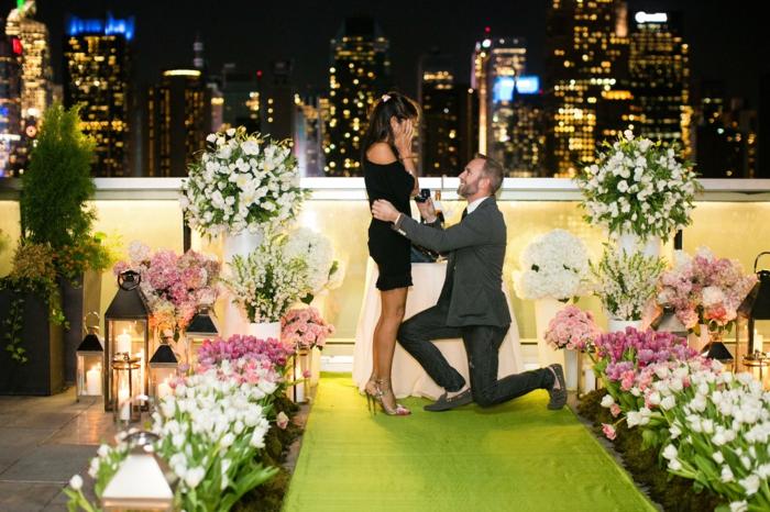 il lui demande de l'épouser sur le toit d'un bâtiment