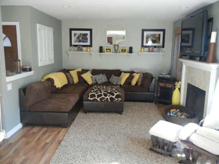 canapé marron avec de petites oreillers en jaune