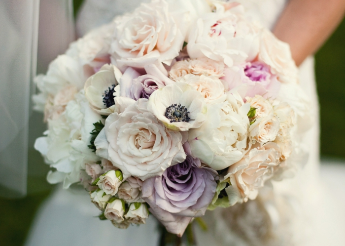 Composition florale mariage de roses, un bouquet de mariage,roses et pivoines