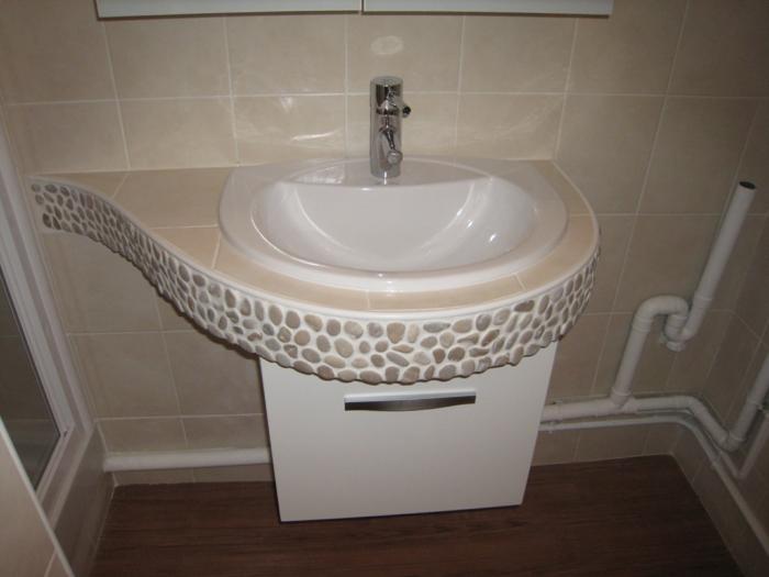 par exemple c'est une vasque encastrée dans un plan en forme de demi goutte d'eau