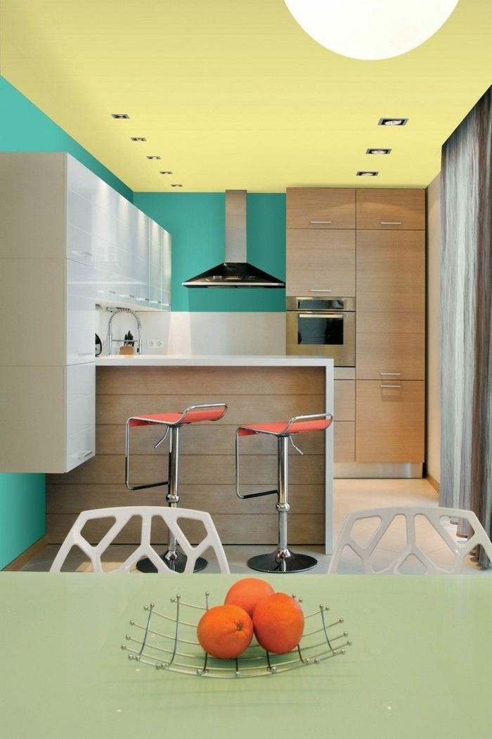 Marier les couleurs bien d'une table verte et un plafond jaune