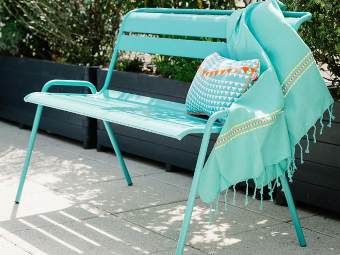 par exemple c'est un banc de jardin empilable en acier couleur turquoise