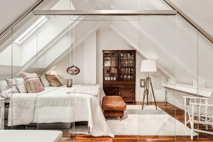 par exemple c'est une chambre avec des murs blancs et une cloison amovible en verre