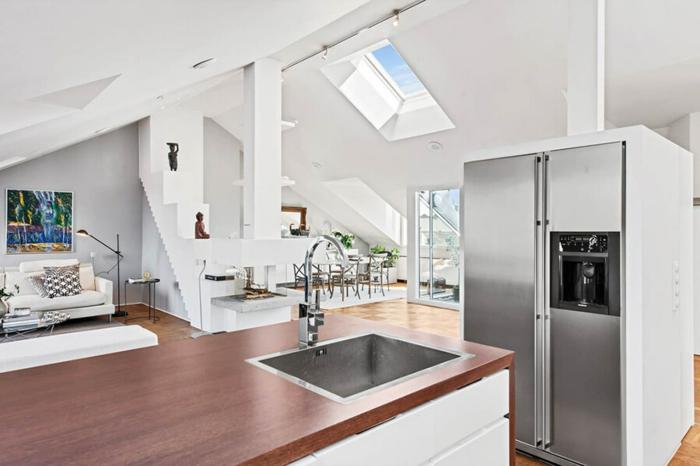 cuisine coin repas salon avec un réfrigérateur gris