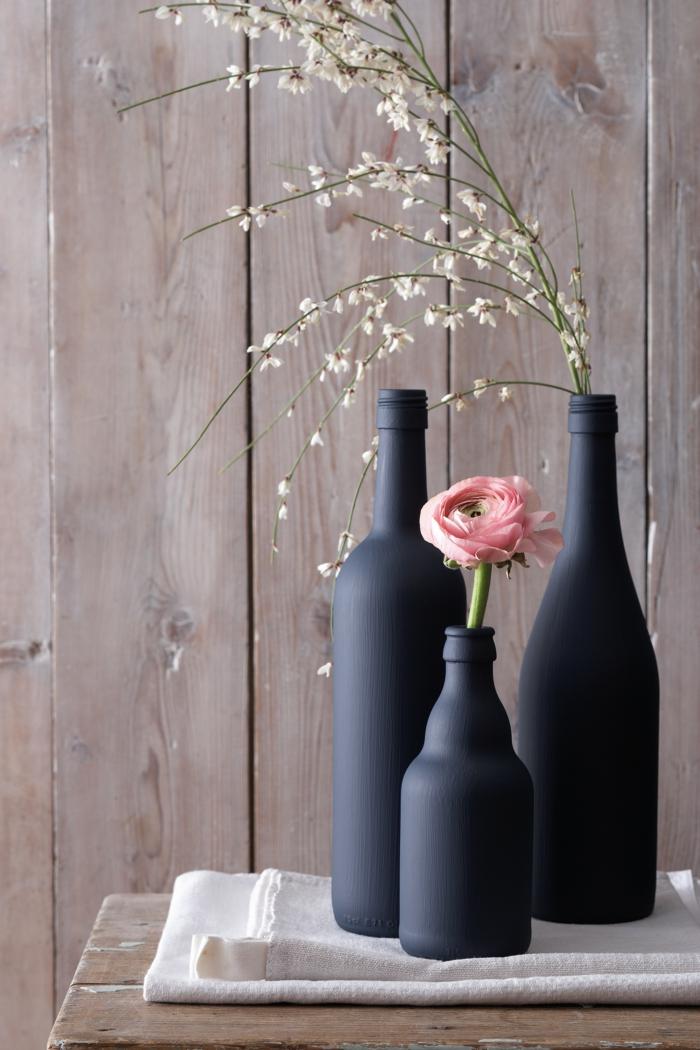 décoration bouteille en couleur noir et une rose