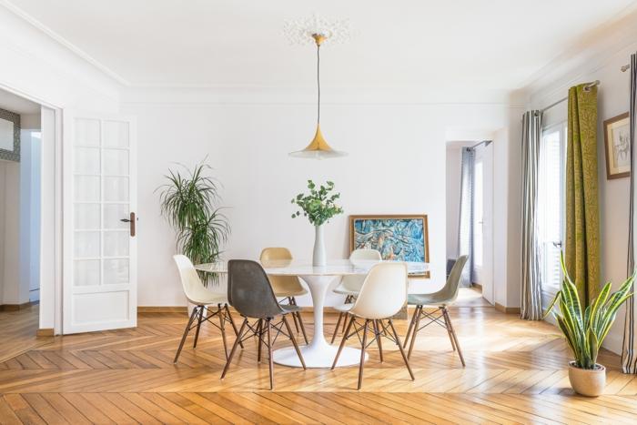 intérieur style scandinave avec une table ronde et des chaises différentes