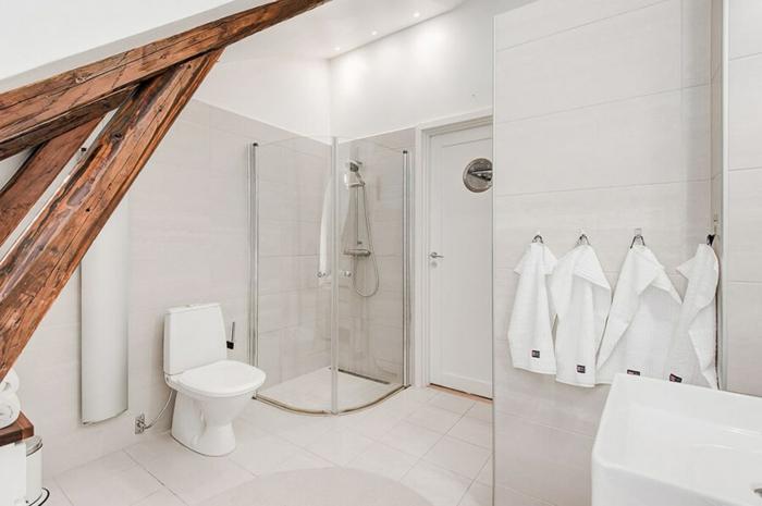 éléments en bois et sol blanc dans la salle de bains