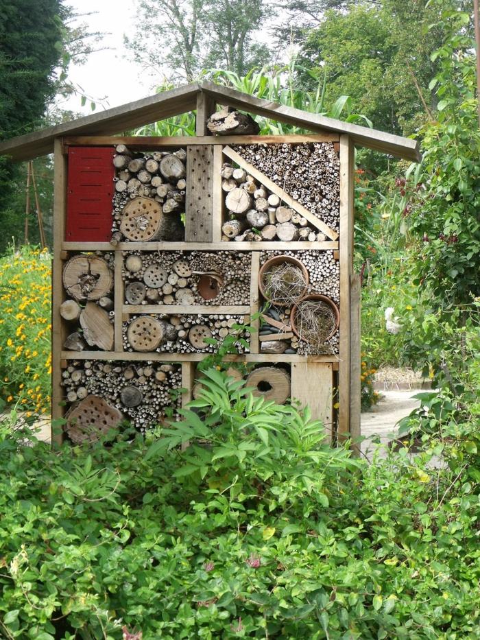 par exemple c'est un hôtel à insectes dans un jardin